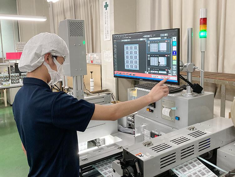 ナカバヤシ株式会社様 シリウスビジョンのシールラベル印刷検査装置の操作風景